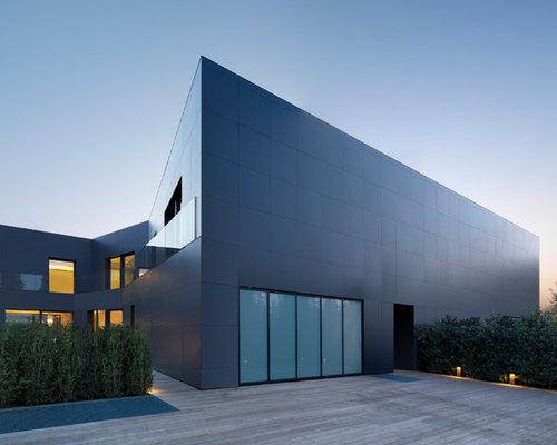 Foto e idee per facciate di case facciata di una casa grigia for Piani di fattoria contemporanea