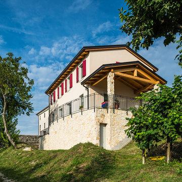 Stile collinare per questa abitazione in legno - 260 mq