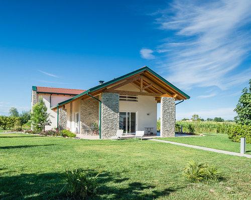 Foto e idee per facciate di case facciata di una casa in for Piani casa tetto a capanna