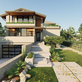 Exemple d'une très grand façade de maison blanche tendance à deux étages et plus avec un revêtement en stuc, un toit papillon et un toit mixte.