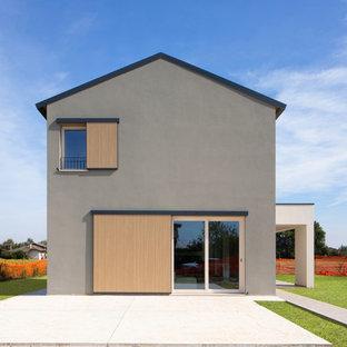 Ispirazione per la facciata di una casa unifamiliare grigia contemporanea a due piani con tetto a capanna