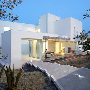 Idee per la facciata di una casa grande bianca contemporanea a tre o più piani con rivestimenti misti e tetto piano