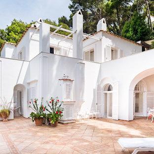 Idee per la facciata di una casa grande bianca mediterranea a due piani con tetto piano