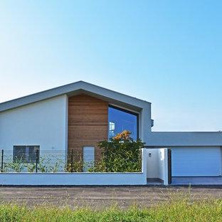 Idee per la facciata di una casa unifamiliare grigia contemporanea a due piani con tetto a capanna