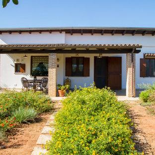 Immagine della facciata di una casa ampia mediterranea