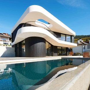Ispirazione per la facciata di una casa unifamiliare multicolore contemporanea a due piani con rivestimento in legno e tetto piano