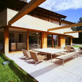 Immagine della facciata di una casa unifamiliare marrone contemporanea a due piani con rivestimento in legno