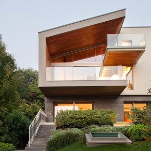 Foto della facciata di una casa unifamiliare grande beige contemporanea a due piani con tetto a una falda