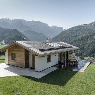Idee per la facciata di una casa unifamiliare bianca rustica a un piano di medie dimensioni con tetto a capanna e rivestimento in legno