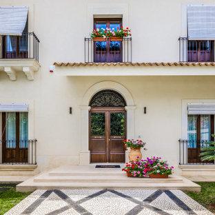 Immagine della facciata di una casa unifamiliare beige mediterranea