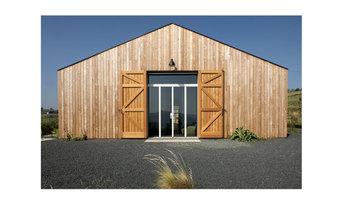 Villa rivestita in legno con serramenti complanari alla facciata