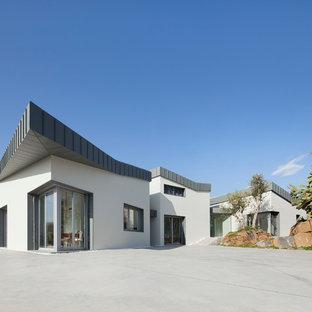 Immagine della facciata di una casa grande bianca contemporanea a due piani