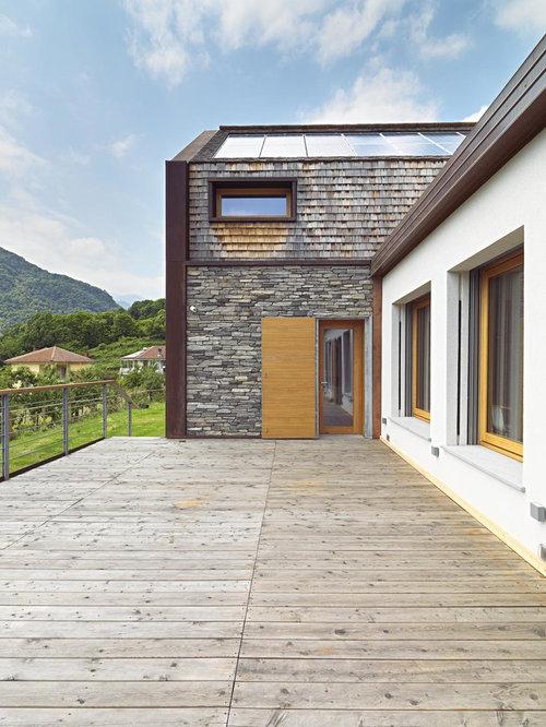 Foto e idee per facciate di case facciata di una casa con tetto a capanna e rivestimento in pietra - Facciata casa in pietra ...