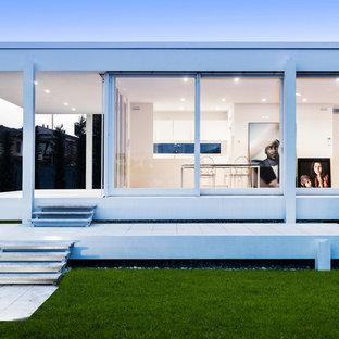 Inspiration för moderna vita hus, med allt i ett plan, glasfasad och platt tak