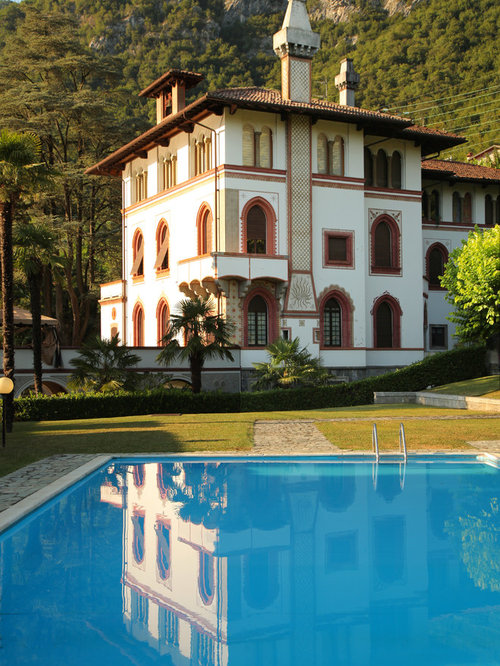 Foto e idee per facciate di case facciata di una casa for Giardino casa classica