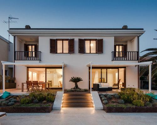 Foto e idee per facciate di case facciata di una casa al for Moderni disegni di case a due piani