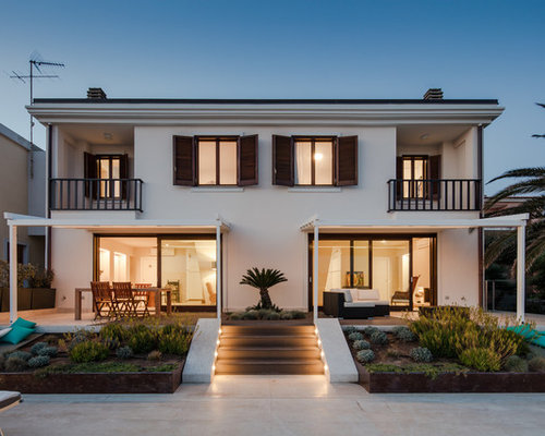 Foto e idee per facciate di case facciata di una casa al for Ville bifamiliari moderne