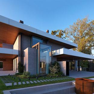 Ispirazione per la facciata di una casa unifamiliare grigia contemporanea a due piani con rivestimenti misti e tetto piano