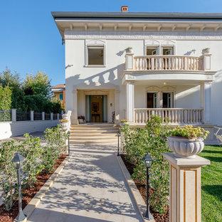Idee per la facciata di una casa unifamiliare beige classica a due piani
