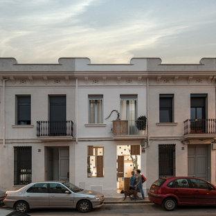 バルセロナのトランジショナルスタイルのおしゃれな家の外観 (漆喰サイディング、切妻屋根) の写真