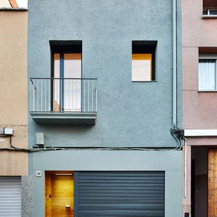 Imagen de fachada azul, clásica renovada, de tamaño medio, de dos plantas, con revestimientos combinados y tejado de un solo tendido