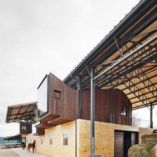 Diseño de fachada multicolor, campestre, de dos plantas, con revestimientos combinados
