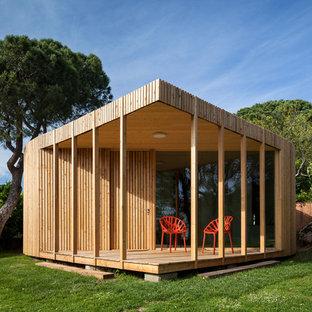 Modelo de fachada de casa bifamiliar beige, contemporánea, pequeña, de una planta, con revestimiento de madera y tejado plano