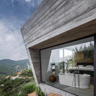 На фото: серый, трехэтажный дом среднего размера в современном стиле с облицовкой из бетона и плоской крышей
