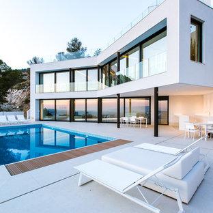Foto de fachada de casa blanca, minimalista, grande, de dos plantas, con tejado plano