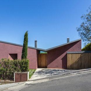 Свежая идея для дизайна: фиолетовый частный загородный дом в современном стиле с крышей-бабочкой и серой крышей - отличное фото интерьера