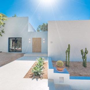 Foto de fachada de casa blanca, contemporánea, de tamaño medio, de una planta, con revestimiento de estuco y tejado plano