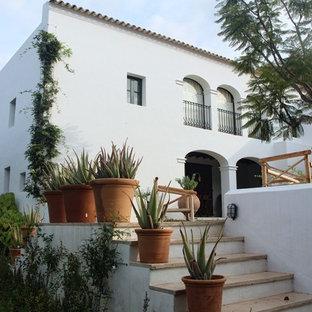 Diseño de fachada de casa blanca, mediterránea, de dos plantas, con tejado de teja de barro y tejado plano