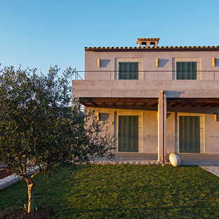 Modelo de fachada de casa rosa, mediterránea, de dos plantas, con tejado de teja de barro