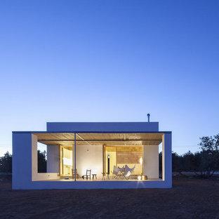 Kleines, Einstöckiges, Weißes Mediterranes Einfamilienhaus mit Mix-Fassade, Flachdach und Misch-Dachdeckung in Sonstige