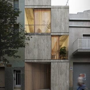 Modelo de fachada de casa gris, industrial, de tamaño medio, de tres plantas, con revestimiento de hormigón, tejado plano y techo verde
