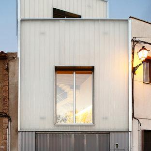 Diseño de fachada gris, urbana, de tamaño medio, a niveles, con tejado de un solo tendido y revestimientos combinados