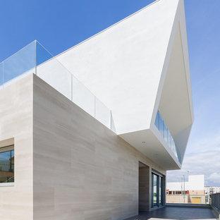 Modelo de fachada blanca, contemporánea, grande, de tres plantas, con revestimientos combinados
