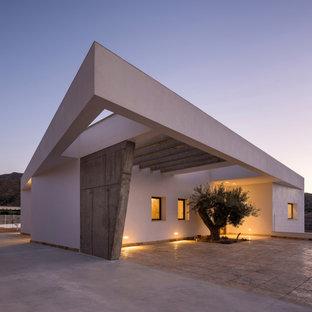 Foto de fachada de casa blanca, minimalista, de una planta