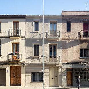 Diseño de fachada de casa pareada beige, mediterránea, grande, de tres plantas, con revestimientos combinados, tejado de teja de barro y tejado plano