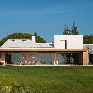 Imagen de fachada de casa blanca, mediterránea, extra grande, con tejado de teja de barro