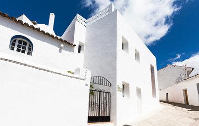 真っ白な家並みに溶け込んで。傾斜を利用し景観を楽しむスペインの家