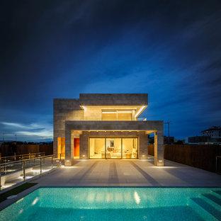 Modelo de fachada de casa beige, minimalista, de tamaño medio, de dos plantas, con tejado plano