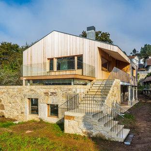 Modelo de fachada de casa beige, contemporánea, grande, de dos plantas, con revestimientos combinados y tejado a dos aguas