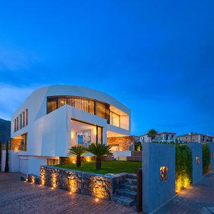 Immagine della facciata di una casa grande bianca contemporanea a due piani con rivestimenti misti e tetto piano