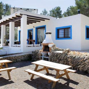 Foto de fachada blanca, mediterránea, de tamaño medio, de una planta, con revestimiento de estuco