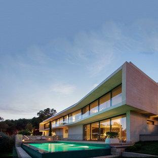 Imagen de fachada de casa gris, minimalista, de dos plantas