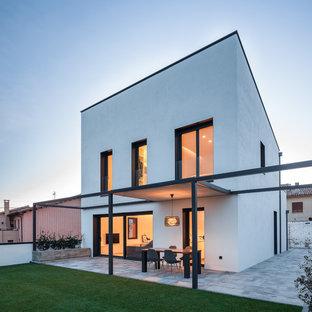 Foto de fachada de casa blanca, minimalista, de dos plantas, con tejado plano