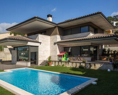 modelo de fachada marrn de estilo de casa de campo de tamao medio