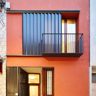 Идея дизайна: красный, двухэтажный частный загородный дом среднего размера в современном стиле с облицовкой из цементной штукатурки и плоской крышей