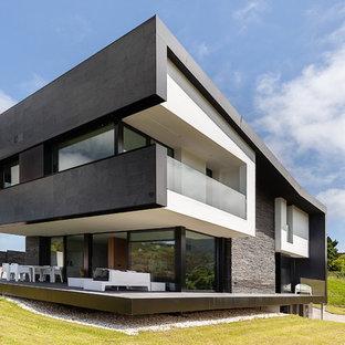 Diseño de fachada de casa multicolor, actual, de dos plantas, con revestimientos combinados y tejado plano